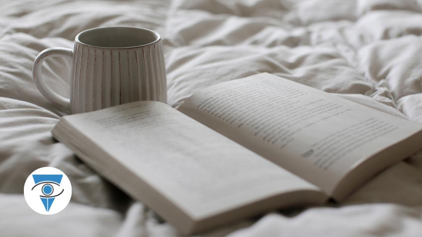 imagen de un libro abierto y una taza a su lado