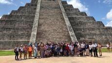 Foto de Participantes del Tifloencuentro frente a la pirámide de chichén Itzá